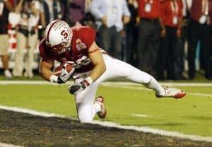 Zach Ertz scores a touchdown for Stanford Cardinal.