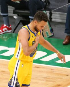 Steph drops his 10th straight 30+ points