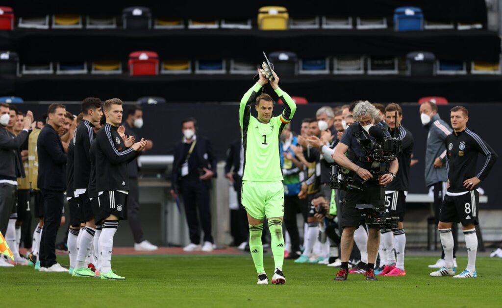 Manuel Neuer gets a guard of honor for his 100th national team appearance
