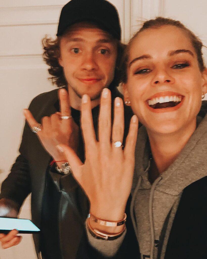 Artemi Panarin and his girlfriend Alisa Znaroc showing engagement ring (Source: Instagram)
